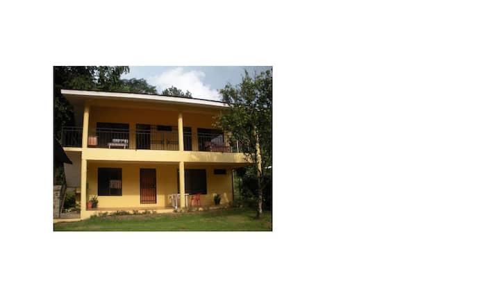 Cómodas cabinas Cerca de playa Dominical ( A )