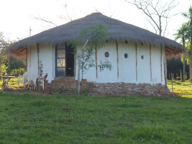 Lehm Naturhaus Paraguay natural clay round house.