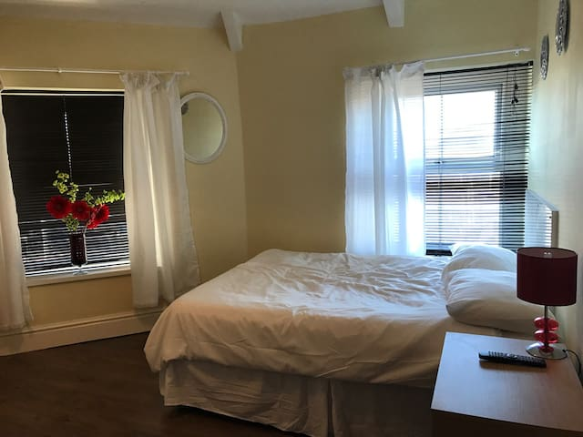 Glamorgan. One min to beach.  Close to central ! - Swansea - House