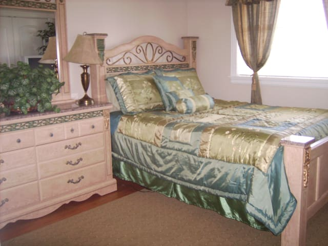 Private Room/Bath with Queen Bed - Bothell - Villa