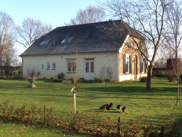 Spacious room with double bed in farmhouse - Gendringen - House