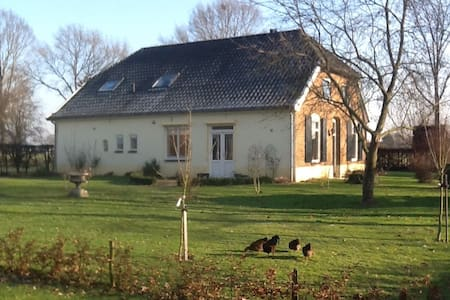 Spacious room with double bed in farmhouse - Gendringen
