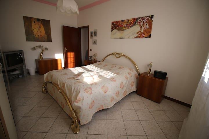 B&B Goccia, stanza Klimt. Ferrari, Ducati e Vasco