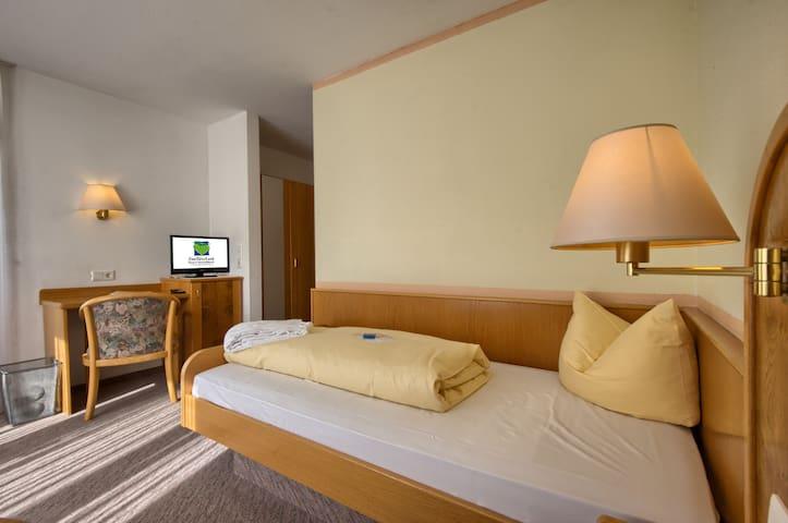 Hotel Suggenbad, (Waldkirch), Einzelzimmer Einbollen mit Dusche und WC