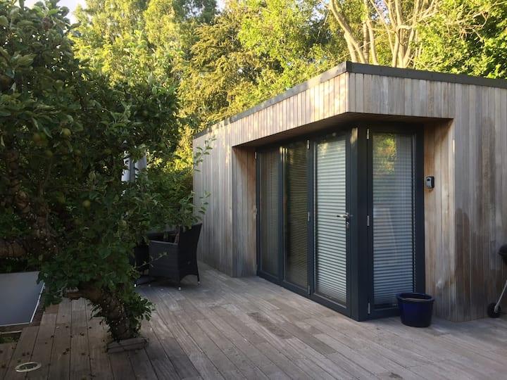 Beautiful Garden Studio in quiet central location