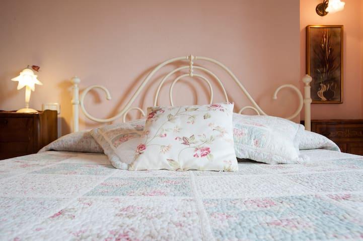 Romantic bedroom-B&b Il Povile - Graffignano - Bed & Breakfast
