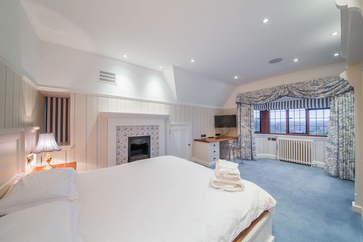 Large Double Bedroom in Stunning Mansion - Hoddesdon - House