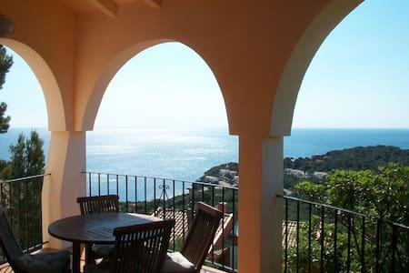 Exclusiva villa, piscina privada y vistas al mar.
