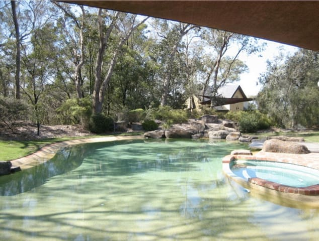 Mud brick retreat, Yarra Valley fringe - Kangaroo Ground - Guesthouse