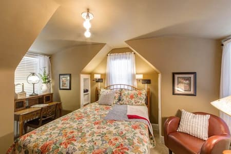 Two-bedrooms friends/family suite - Flint