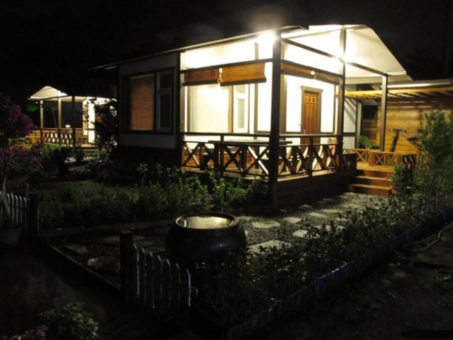 木屋外尚有木製桌椅夜晚可觀星賞夜景泡茶閒聊...好好享受渡假的吉光片羽。