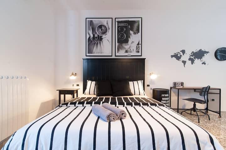 Wanderlust, black&white studio en-suite bathroom