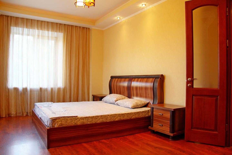 Bedroom, huge bed. - Спальная комната, огромная кровать.