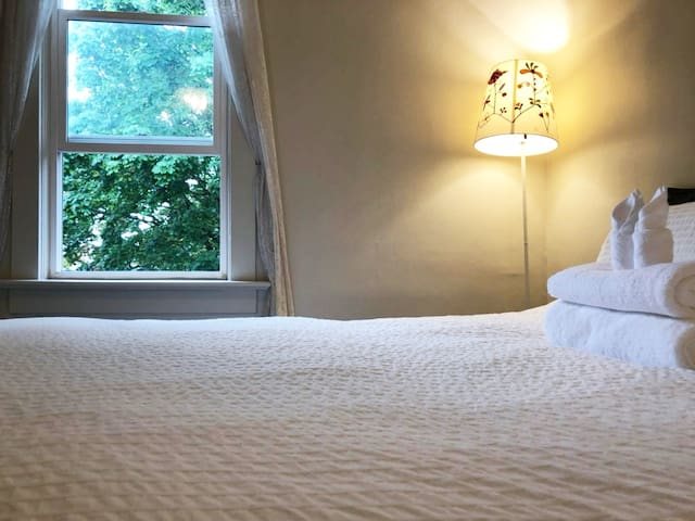 Master Room Queen Bed,Vancouver W Prime Location