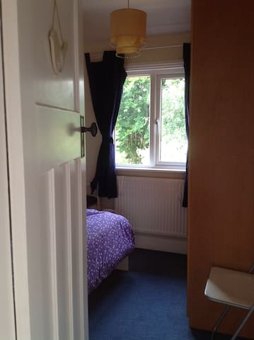 Small single room in family home - Cambridge - Haus