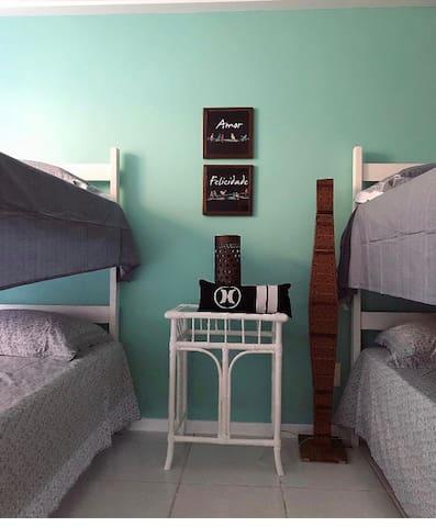 Quarto dos beliches com 4 camas de solteiro (no térreo).
