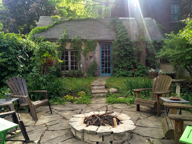 Cozy Suite right on Withrow Park with Garden