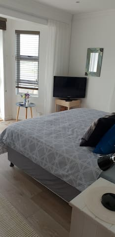 Nieuw.. nu een slaapkamer met een kingsize (183×190) bed in super kwaliteit.