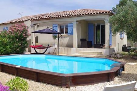 Maison de vacance avec piscine proche de Nimes - Poulx - 別荘