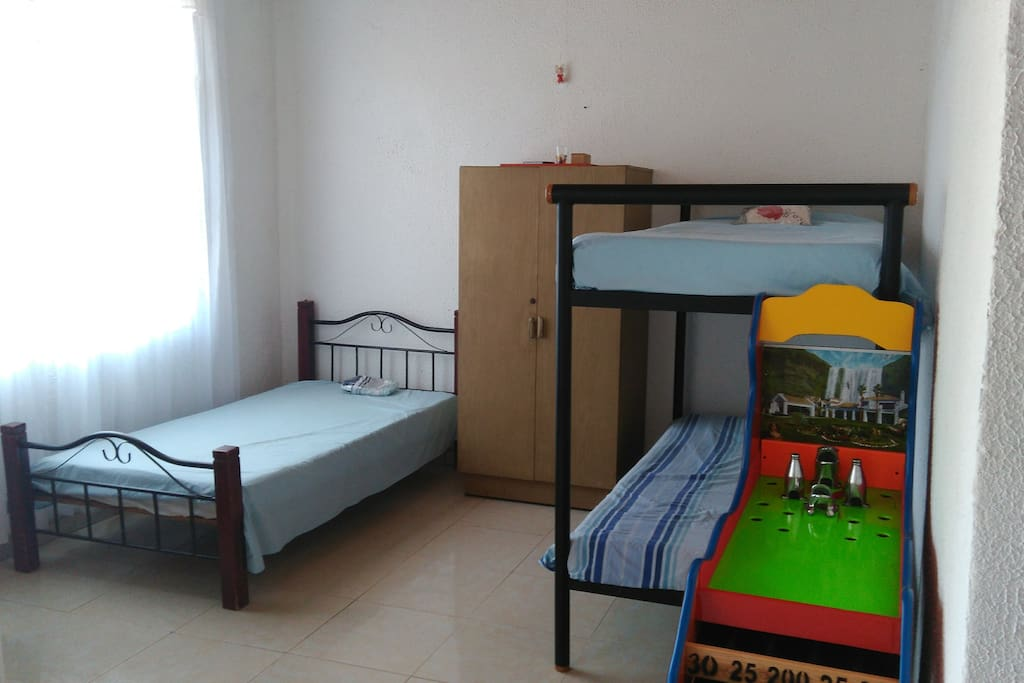 En total hay 5 camas y 2 sofacamas , 2 baños . . .