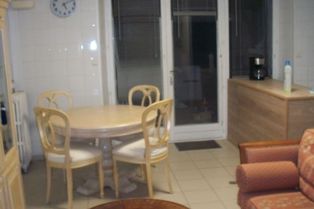 séjour avec cuisine ouverte donnant sur la terrasse couverte