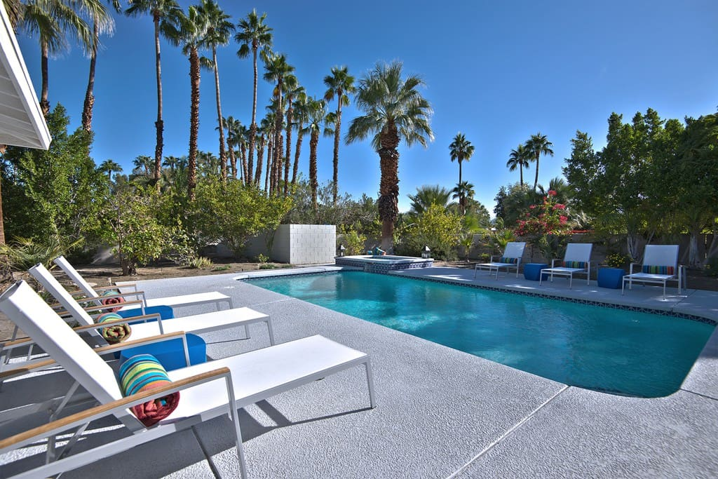 CHAISES TO POOL AND SPA - CASA MODERNA - PALM SPRINGS VACATION RENTAL POOL HOME
