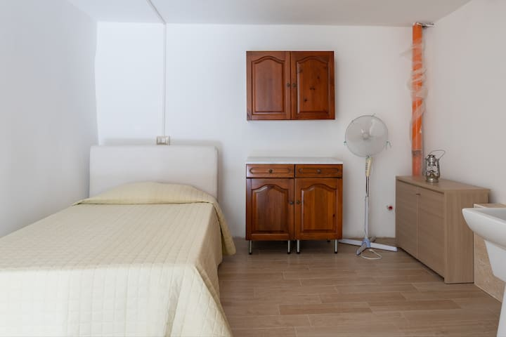 Larger groups (>7 guests) can have access to the second part of the house: additional single bedroom nr. 6