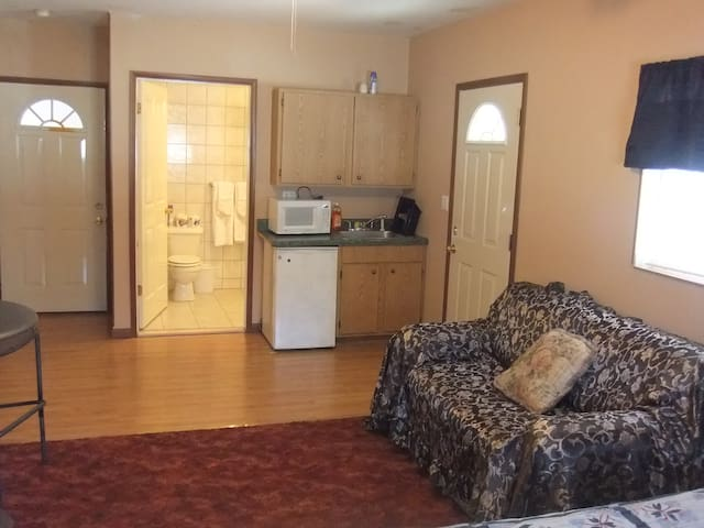 B&B Lounge efficiency with 1 queen bed - Catskill