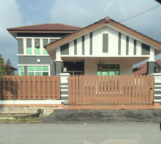 S/storey bunglow with 4 bedrooom - Melaka - House