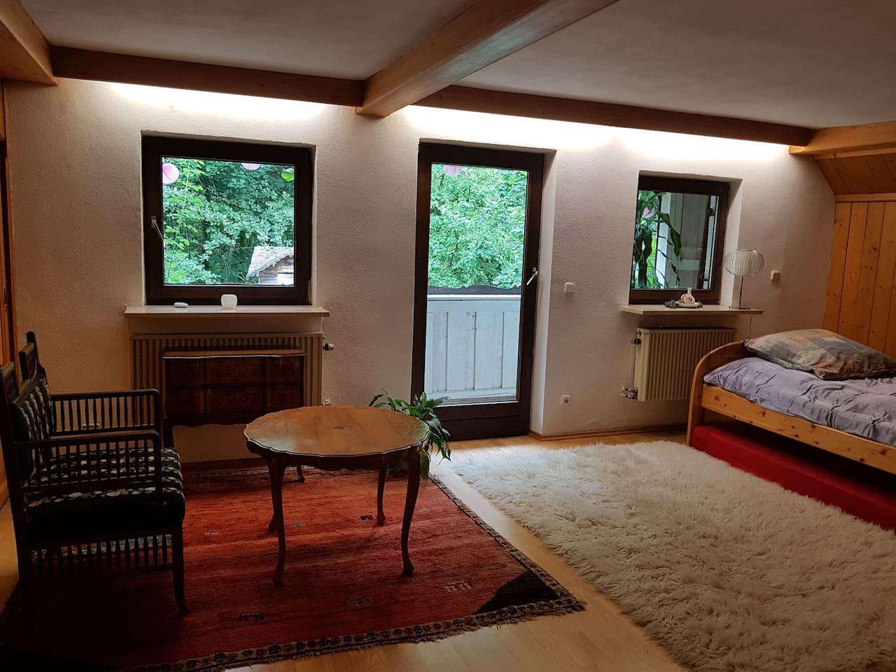 Das Zimmer hat sehr schöne Einbauschränke aus Holz, von denen ein großer leer ist. Der Balkon ist noch nicht perfekt, braucht einen neuen Boden, aber sehr romantisch