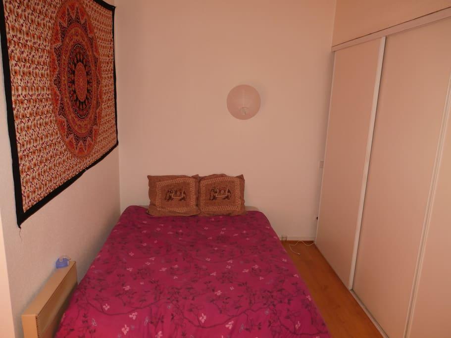 Chambre à l'étage avec velux, lit 2 palaces