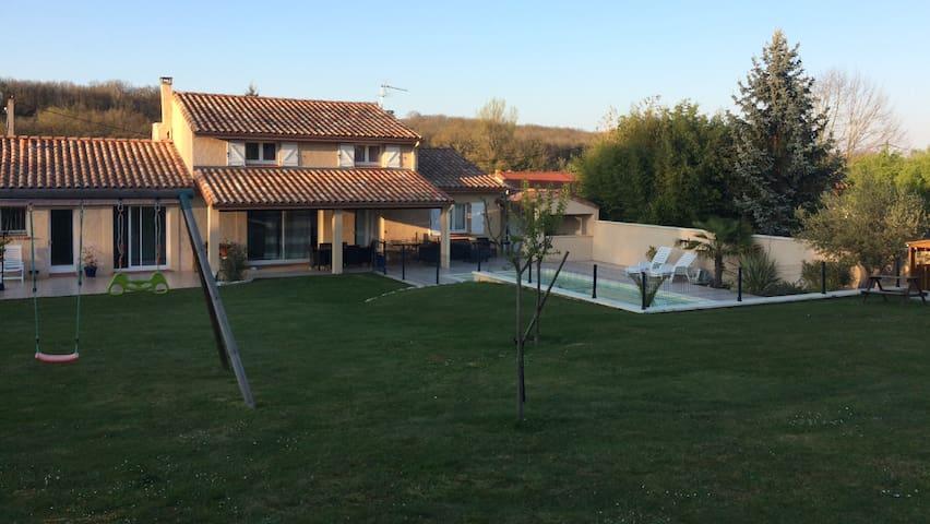 Grand jardin de 1600m2 avec balançoire , cabane et trampoline