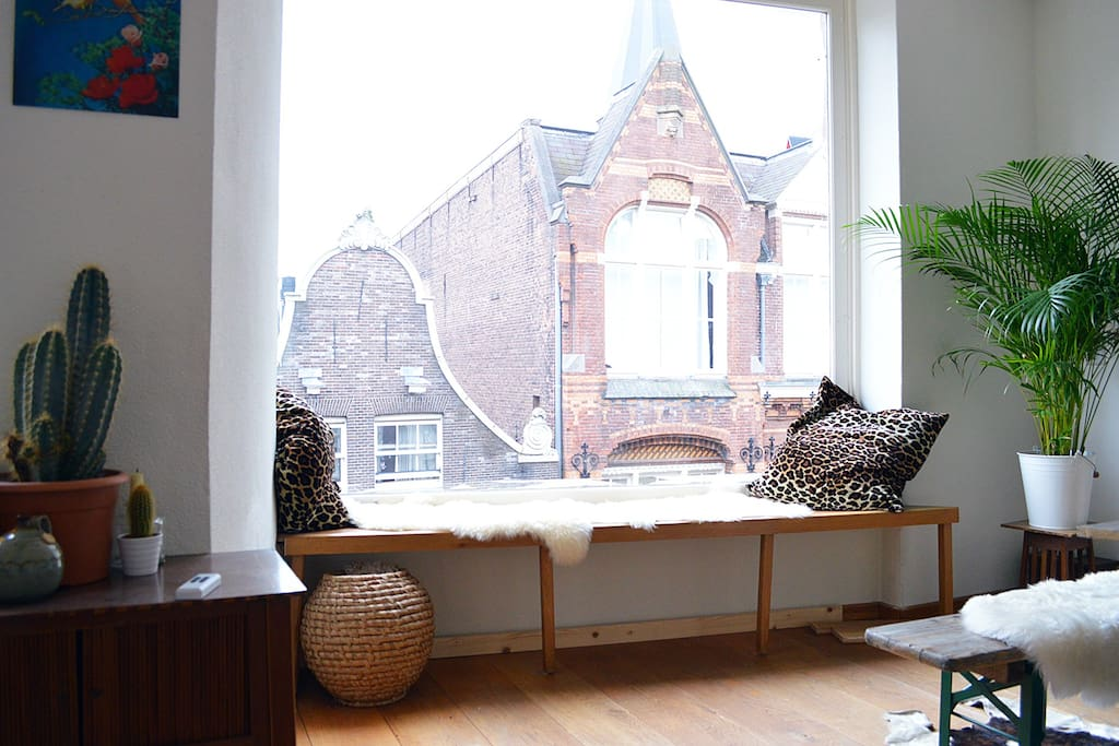The apartment is located right on the lovely Haarlemmerstraat which is a great street full of authentic houses, shops and restaurants