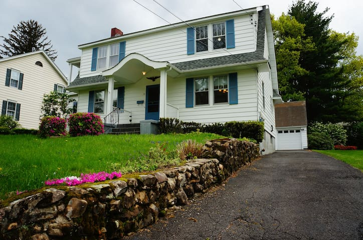 Easy Access to West Point & Hudson River Valley!