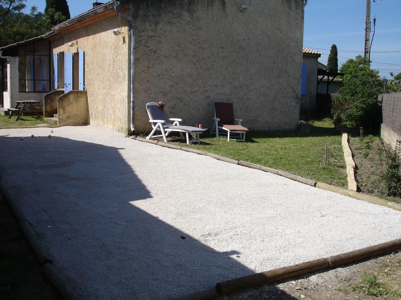 L'entrée du studio donne accès à votre espace extérieur avec boulodrome et jardin.