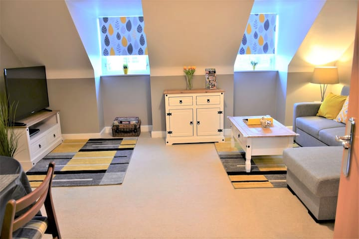 Bard's Nest, a spacious 1 bedroom apartment, is located in Stratford town center,  just 2-3 mins walk to Shakespeare's Birthplace, with 1 free, allocated parking on the premises.
