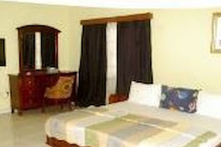 Malbert Inn with bath & shower B-101 - Tema - Bed & Breakfast