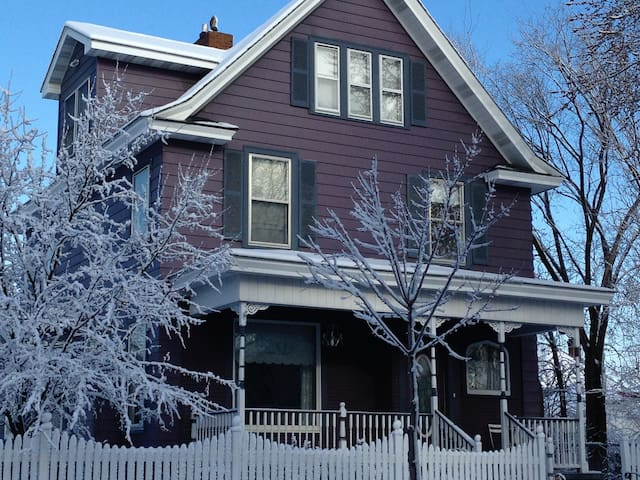 Lg. Victorian Home-Final Four!-Transporation Incl.