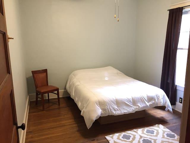 Cozy Highlands bedroom! - Louisville - Huis