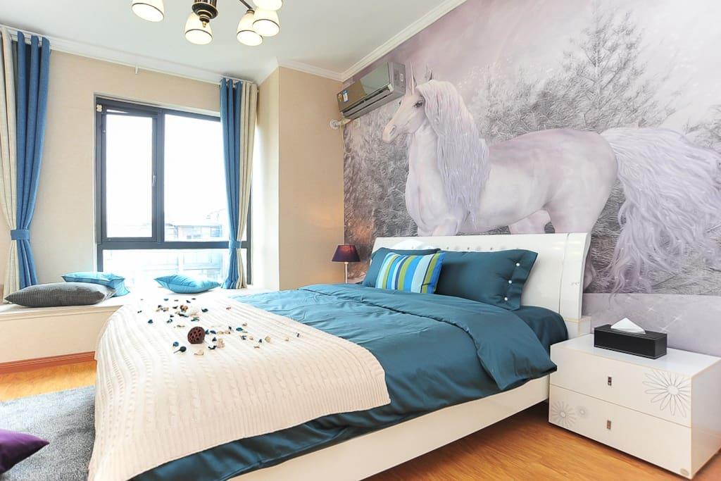 主卧 白色壁画与蓝色床品的碰撞