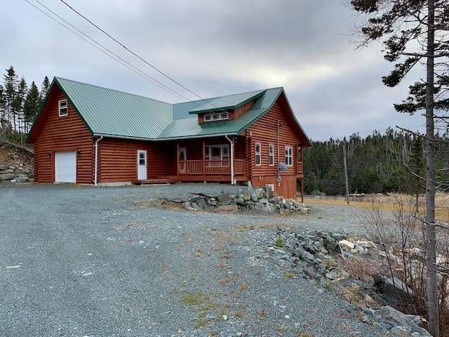 Log Chalet, River Front, Mountain view!!