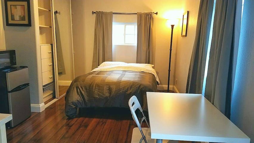 No Roommates!! PRIVATE Entrance & Bathroom - Redwood City - House