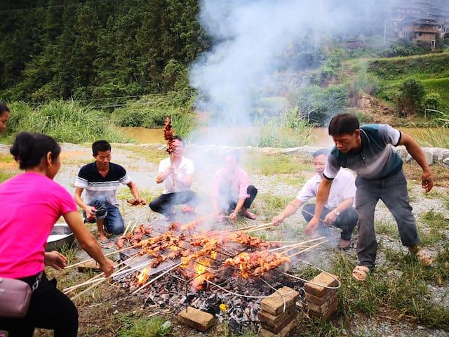 河滩上烤肉欢迎远方来客。