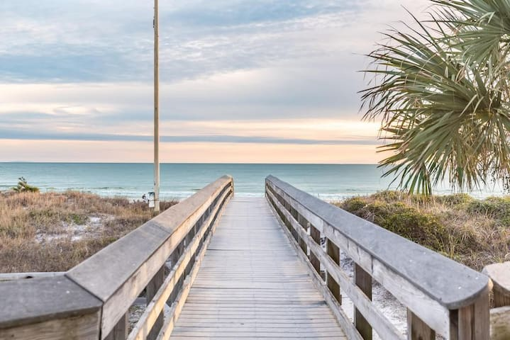 3 Levels w/ Rooftop Deck-Walk to the Beach & 30A