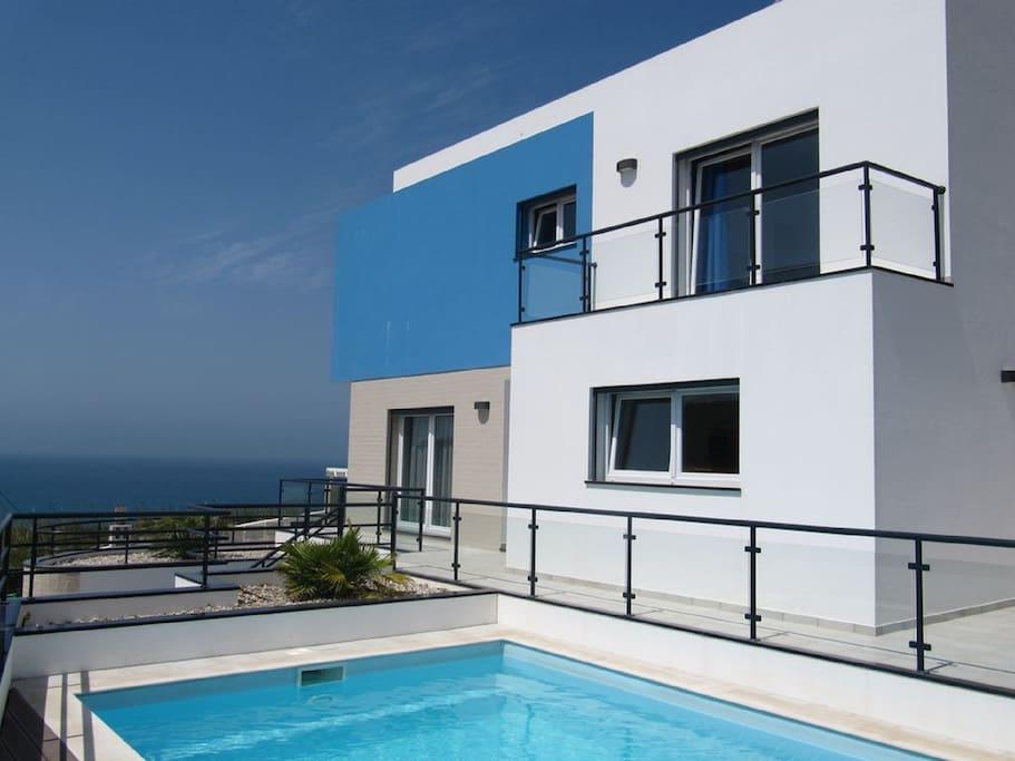 Ruhige, moderne und geräumige Villa mit privatem Pool und Meerblick