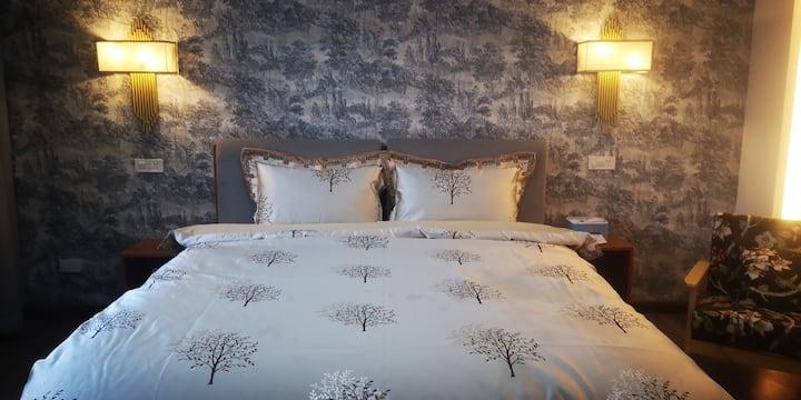 豪华浴缸大床房,距离芦笛岩500米,西山公园2公里,市中心3公里,位于桃花湾度假区,休闲养心好去处