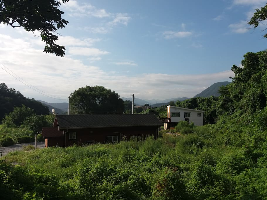 샘물가 나무집은 금수산 자락에 있습니다.  Fountain House is located on the hillside of the  lovely Geusoo mountain.