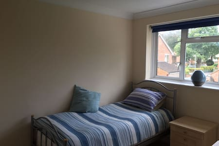 Immaculate Single Room, excellent location - Bracknell - 一軒家