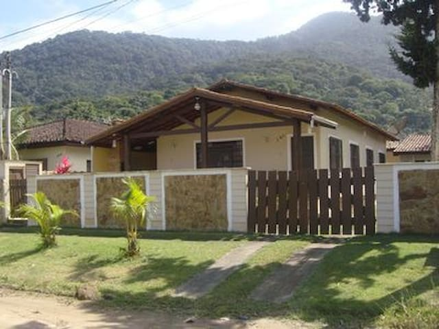Casa espaçosa 4 dorm. a 150m da praia da Maranduba