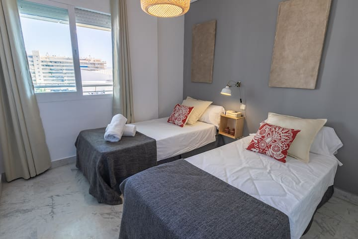 Guest bedroom, with 2 twin beds.